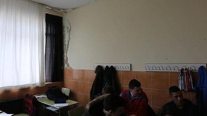 IU denuncia la «penosa» situación del IES de La Luz con grietas y humedades en las paredes
