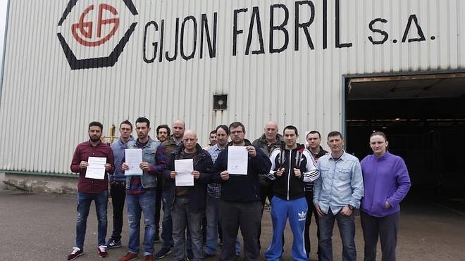 La plantilla de Gijón Fabril recoge abatida las cartas de despido pero no se rinde