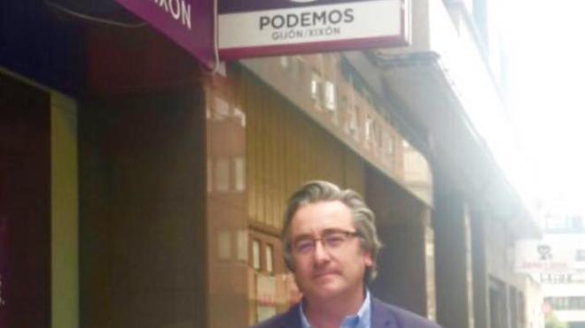 «Quizás así sea posible que Moriyón atienda con mimo nuestras propuestas», dice Pablo González ante la sede de Xixón Sí Puede
