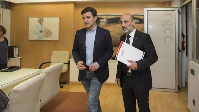 El Grupo y el PSOE piden abrir al público el aparcamiento de Las Mestas