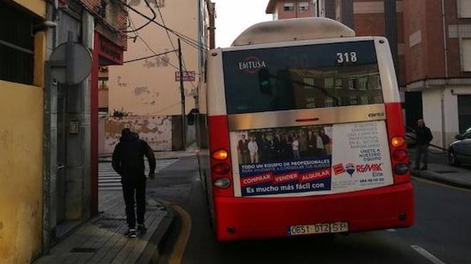 Un camión arranca parte del cableado en una calle de Gijón
