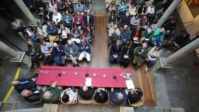Javier Almuzara llena en la Casa Natal de Jovellanos con una charla sobre 'El Quijote'