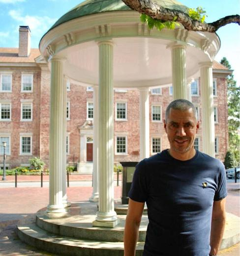 David Rodríguez en Old Well de Chapel Hill, el símbolo de la Universidad de North Carolina./